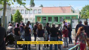 Après l'attaque d'une policière au couteau, la commune de la Chapelle-sur-Erdre (Loire-Atlantique) a connu une longue matinée, vendredi 28 mai. Le quartier a été bouclé et les écoles fermées. (FRANCEINFO)