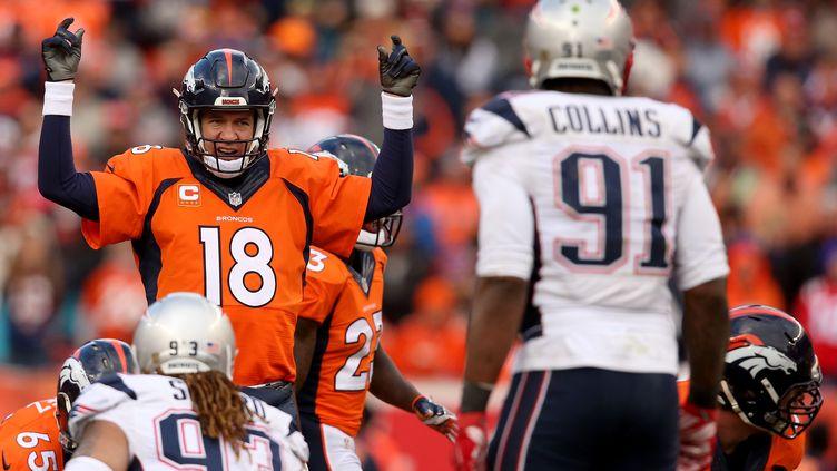 Peyton Manning (Denver Broncos) face à la défense des New England Patriots (DOUG PENSINGER / GETTY IMAGES NORTH AMERICA)