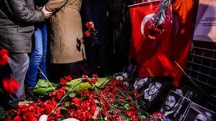 Le 3 janvier 2017, des Turcs déposent des fleurs en mémoire des victimes de l'attentat commis dans une boîte de nuit d'Istanbul, lors du réveillon du Nouvel An. (YASIN AKGUL / AFP)