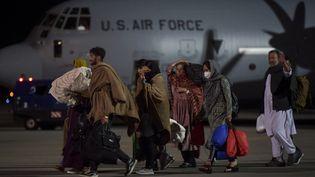 Des réfugiés afghans, fuyant la capitale afghane Kaboul, à leur arrivée à l'aéroport international de Pristinaau Kosovo, le 29 août 2021. (ARMEND NIMANI / AFP)