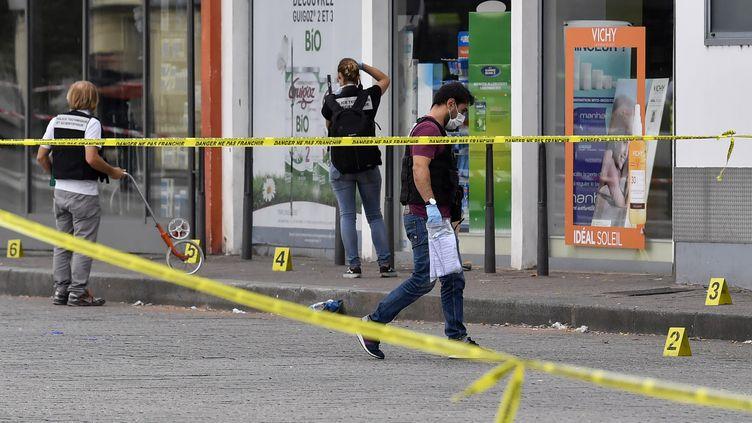 Des policiers travaillent sur les lieux de l'attaque au couteau à Villeurbanne (Rhône), le 31 août 2019. (PHILIPPE DESMAZES / AFP)
