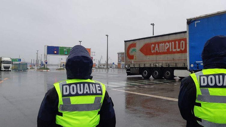 Contrôle des camions au port de Calais (photo d'illustration). (MATHILDE DEHIMI / RADIO FRANCE)