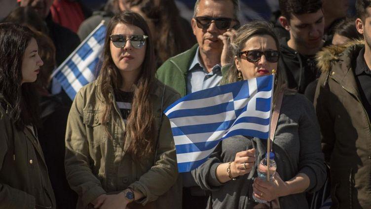Des citoyens grecs tenant fièrement le drapeau national, le 25 mars 2019, le jour de la fête de l'indépendance. La Révolution de 1821, la révolution grecque, qui a permis la création d'un état indépendant, a été couronnée de succès le 25 mars 1821. (SOPA IMAGES / LIGHTROCKET / GETTY IMAGES)
