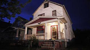 La maison dans laquelle ont été retenues trois femmes, libérées le 7 mai 2013, à Cleveland (Ohio, Etats-Unis). (BILL PUGLIANO / AFP)