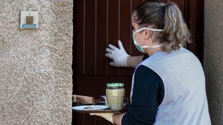 Les auxiliaires de vie, qui travaillent quotidiennement avec des personnes âgées, sont concernés par le projet de loi en cours de rédaction qui rendra la vaccination obligatoire à tous les soignants. (ROMAIN LONGIERAS / HANS LUCAS)