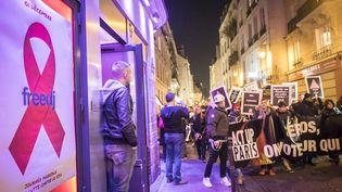 Des manifestantslors de la Journée mondiale de lutte contre le sida, le 1er décembre 2016 à Paris. (OLIVIER DONNARS / AFP)