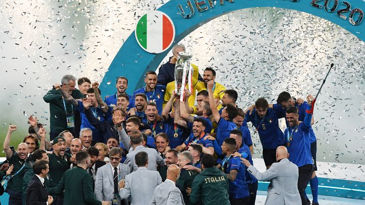 Les Italiens célèbrent leur victoire à l'Euro, le 11 juillet à Londres (FACUNDO ARRIZABALAGA / AFP)