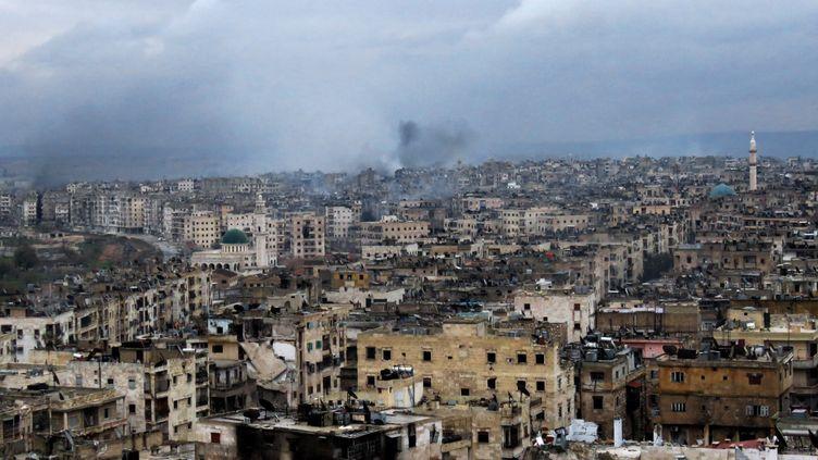 De la fumée sur Alep en Syrie, ville bombardée le 14 décembre 2016 (STRINGER / AFP)