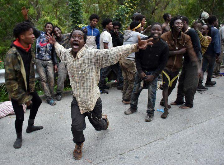 La joie de migrants qui ont réussi à atteindre Ceuta le 17 février 2017. Ils sont parvenus à franchir la barrière-frontière qui sépare le territoire espagnol du Maroc. (ANTONIO SEMPERE / AFP)