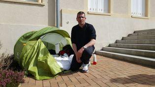 Francis Siedlewski a replié sa tente qui était installée devant la mairie de Jarny (Meurthe-et-Moselle). (RADIO FRANCE / JORDAN MUZYCZKA)