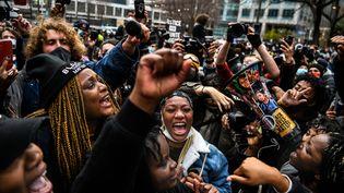 Des personnes célèbrent l'annonce du verdict du procès de l'ancien policier Derek Chauvin à Minneapolis, Minnesota, le 20 avril 2021. (CHANDAN KHANNA / AFP)