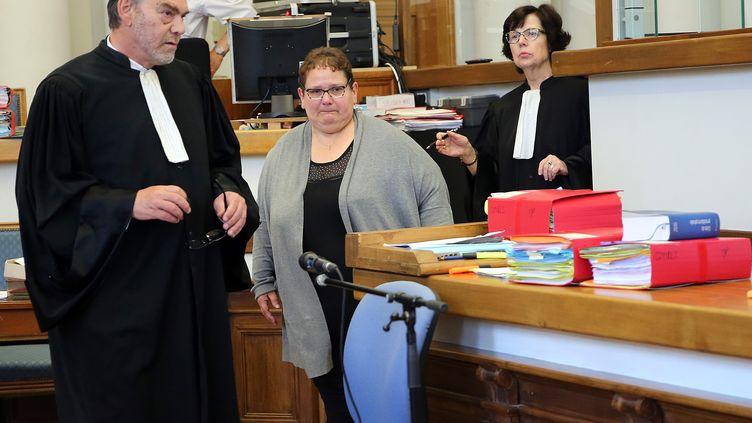 L'avocat Franck Berton (G.), avec sa clienteDominique Cottrez au premier jour de son procès, le 25 juin 2015, devant la cour d'assises du Nord à Douai. (MAXPPP)