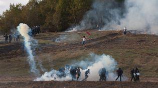 Des affrontements opposent forces de l'ordre et manifestants sur le site du barrage controversé de Sivens (Tarn), le 25 octobre 2014. (MATHIEU PATTIER / SIPA)