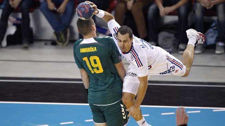 Mickaël Guigou en position acrobatique face aux Lituaniens