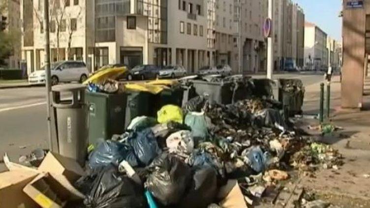 A Lyon, alors que les éboueurs entament leur troisième semaine de grève, lundi 26 mars 2012. (CAPTURE D'ÉCRAN FRANCE 2)