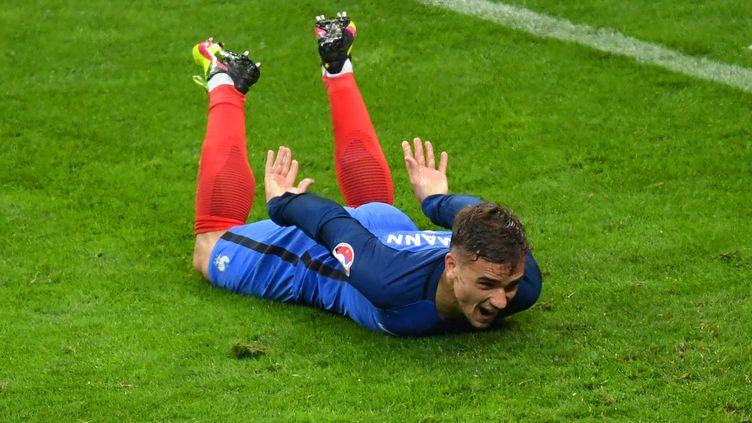Antoine Griezmann lors de la célébration de son but, face à l'Islande, le 3 juillet au Stade de France, à Saint-Denis. (FRANSISCO LEONG / AFP)