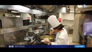 Pourquoi n'y a-t-il aucune femme-chef dans le classement des 50 meilleurs restaurants du monde. Une réalisatrice a voulu connaître la réponse et est partie à la recherche des femmes-chefs. Ce qui a donné le nom du documentaire qui sort en salle ce mercredi. (FRANCE 3)