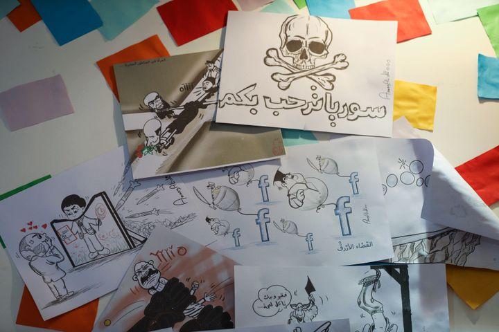 Des dessins de l'artiste syrienne Amani al-Ali tradusiant le quotidien d'Idleb. (OMAR HAJ KADOUR / AFP)