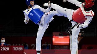 Althéa Laurin face à Aminata Traoré (en rouge) pour la médaille de bronze en taekwondo aux Jeux olympiques de Tokyo, le 27 juillet 2021. (JAVIER SORIANO / AFP)