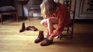 Boots fémininesen cuir Caulaincourt de la collection automne-hiver 2021-22. Le modèle La Maral, qui revisite le thème brodequin emprunté au vestiaire masculin, est patiné à la carte. Unetechniqueartisanale qui permet d'apporter des nuances,des pigments et des transparences pourfaire du soulier, unproduit exclusif. (Courtesy of Caulaincourt)