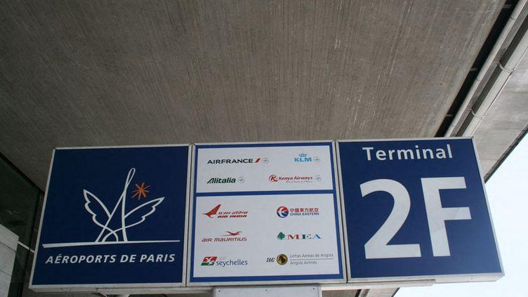 Une pancarte du terminal 2F avec la liste des compagnies aériennes. (BAPTISTE SCHWEITZER / FRANCE-INFO)