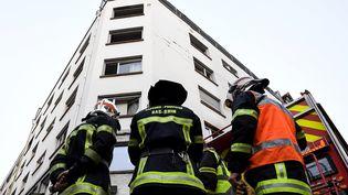Des pompiers interviennent sur les lieux d'un incendie à Strasbourg (Bas-Rhin), le 27 février 2020. (PATRICK HERTZOG / AFP)