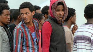 Des migrants arrivent dans le port italien d'Augusta, en Sicile, le 21 mai 2015. (GIOVANNI ISOLINO / AFP)