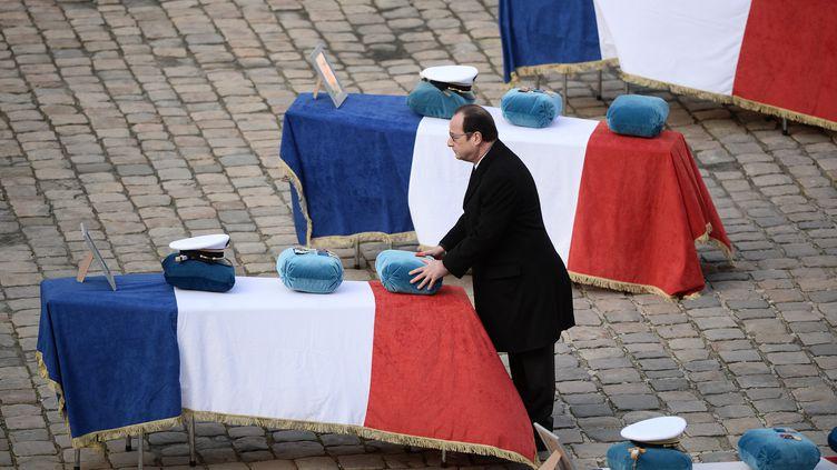 François Hollande se recueille devant le cercueil d'une des victimes du crash d'un F-16 grec en Espagne, mardi 3 février 2015 à l'Hôtel des Invalides (Paris). (STEPHANE DE SAKUTIN / AFP)