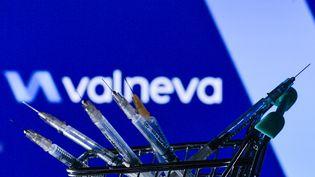 Des seringues devant le logo du laboratoire Valneva, à Dublin (Irelande), le 28 mai 2021. (ARTUR WIDAK / NURPHOTO / AFP)