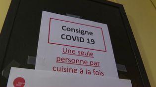 En cette période de confinement lié au Covid-19, les étudiants habitant en résidence universitaire vivent une période difficile. Ils sont confinés dans des pièces de 9 mètres carrés et doivent partager cuisine et salle de bains en respectant des règles drastiques. (France 2)