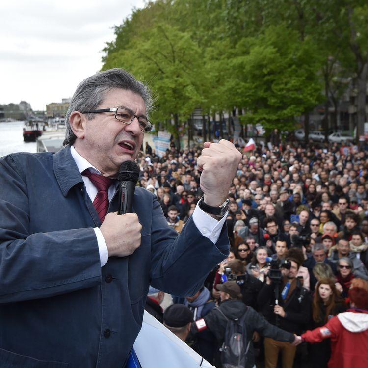 """Le candidat de la France insoumise, Jean-Luc Mélenchon, le 17 avril 2017 à bord de sa """"péniche insoumise"""", à Paris. (ALAIN JOCARD / AFP)"""