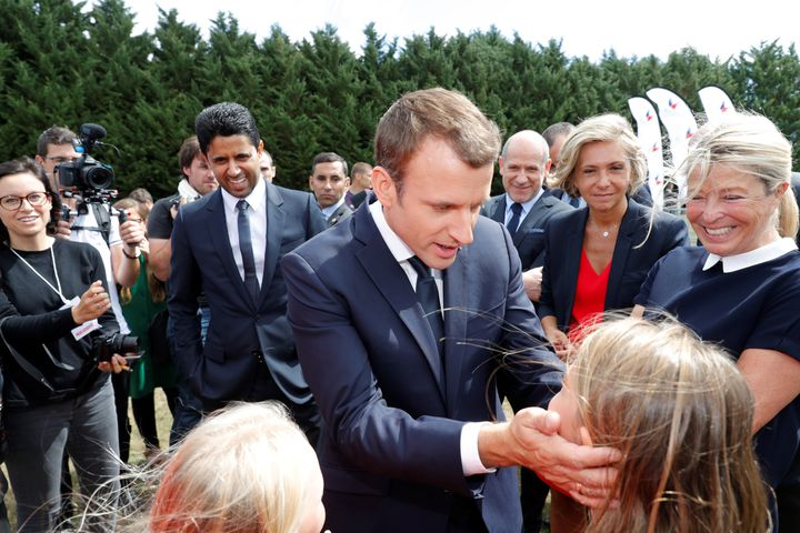 Nasser Al-Khelaïfi accompagne Emmanuel Macron, lors d'un déplacement dans un centre de vacances des Yvelines, le 3 août 2017, à Moisson. (PHILIPPE WOJAZER / AFP)