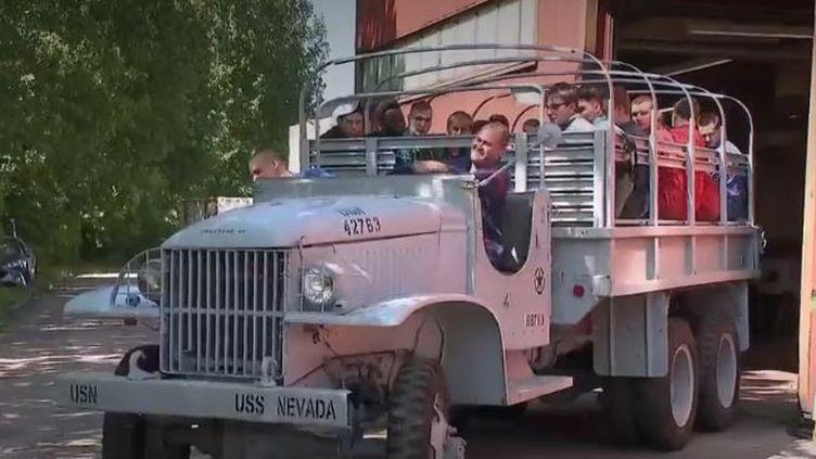 Des élèves de Grande-Synthe (Nord) ont travaillé pendant 18 mois sur la restauration d'un camion américain utilisé lors du Débarquement du 6 juin 1944. Ils le feront rouler en Normandie lors des commémorations du 75e anniversaire. (FRANCE 2)