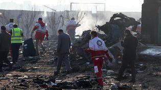 Des équipes de secours travaillent au milieu des débris du Boeing 737 qui s'est écrasé près de l'aéroport de Téhéran (Iran), le 8 janvier 2020. (AFP)