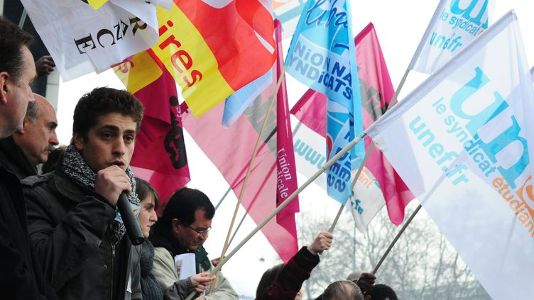 Au micro, Emmanuel Zemmour, président de l'Unef, lors d'une manifestation à Paris, le 29 février 2012. (MAXPPP)