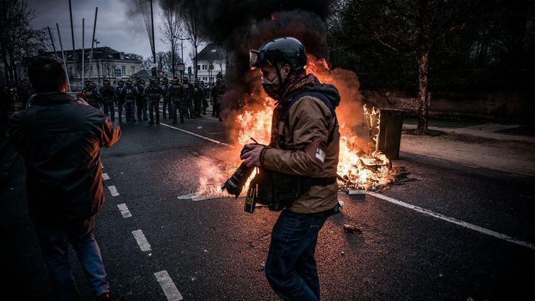 """Un photographe couvre la manifestation des """"gilets jaunes"""" à Bourges (Cher), le 12 janvier 2019.  (NICOLAS MESSYASZ/SIPA)"""