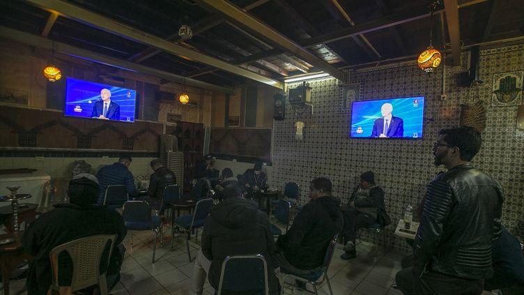 Les consommateurs d'un café de Tunis regardent la première interview du président tunisien Kaïs Saïed, diffusée le 30 janvier 2020 sur la chaînepublique Al Wataniya 1. (AFP - YASSINE GAIDI / ANADOLU AGENCY)