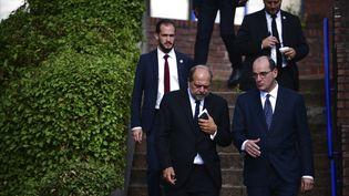 Le premier ministre Jean Castex (à droite) et son Garde des Sceaux, Eric Dupond-Moretti (à gauche) descendent les marches du palais de justice de Bobigny (Seine-Saint-Denis), mercredi 8 juillet 2020. (MARTIN BUREAU / AFP)