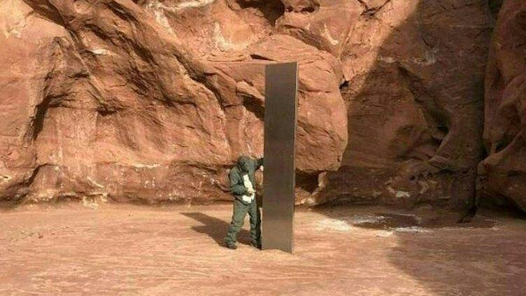 Capture d'écran d'une vidéo dubureau de l'aménagement du territoire de l'Utah, qui montre le monolithe de métal découvert aux Etats-Unis, le 24novembre 2020. (UTAH DEPARTMENT OF PUBLIC SAFETY / AFP)