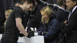 Katia Krier en compagnie du patineur Brian Joubertlors des championnats du monde à Ontario (Canada), le 12 mars 2013. (BRENDAN SMIALOWSKI / AFP)