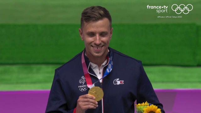 Le podium de Jean Quiquampoix, titré en pistolet 25 m tir rapide. Favori de l'épreuve, le Français n'a pas déçu et remporte la sixième médaille d'or à l'équipe de France.