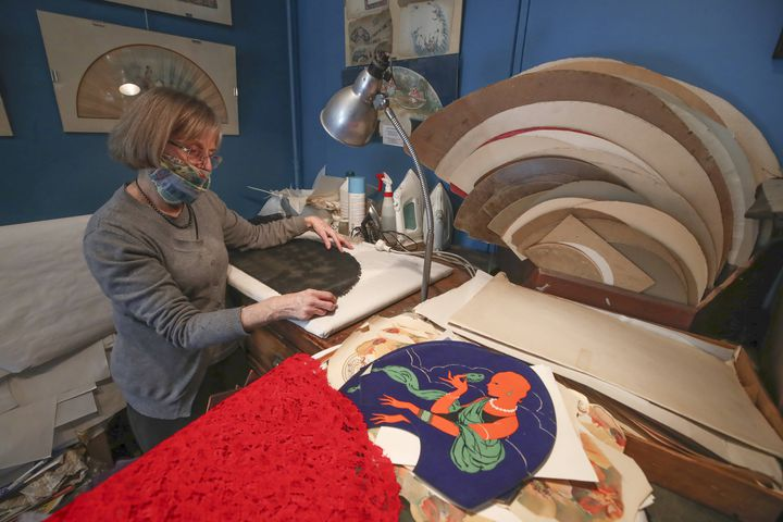 Anne Hoguet,éventailliste et maître d'art,propriétaire del'unique atelier-musée français de l'éventail,le 20 janvier 2021 à Paris. (MICHEL EULER/AP/SIPA / SIPA)