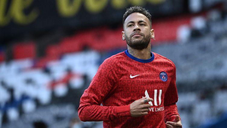 Neymar le 28 avril 2021 sur la pelouse du Parc des Princes. (ANNE-CHRISTINE POUJOULAT / AFP)