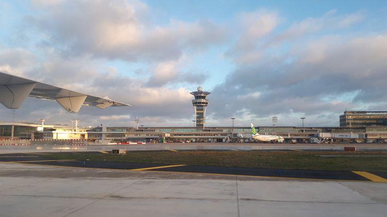 Vue de la tour de contrôle de l'aéroport Paris-Orly, depuis l'intérieur d'un avion sur le tarmac. Paris, 4 mars 2019. (NATHALIE COL / FRANCE-BLEU LIMOUSIN)