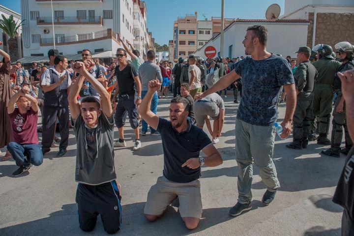 Manifestation à Al Hoceima sur la côte méditerranéenne du Maroc, le 20 juillet 2017. Le irak du Rif a montré la réalité d'un royaume très inégalitaire. (JALAL MORCHIDI / ANADOLU AGENCY)