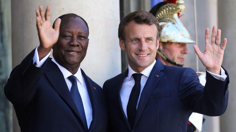 Le président Emmanuel Macron reçoit son homologue ivoirien Alassane Ouattara sur le perron de l'Elysée le 9 juillet 2019 à Paris. (LUDOVIC MARIN / AFP)