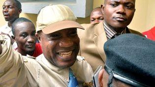 Le musicien Koffi Olomidé triomphant à la sortie de son procès, condamné pour avoir frappé son producteur  (JUNIOR KHANNA / AFP)