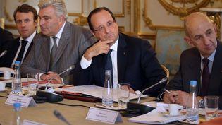 François Hollande, président de la République (au centre), Louis Gallois, Commissaire général à l'investissmement, (à droite) à l'Elysée, à Paris, le 23 octobre 2013. (KENZO TRIBOUILLARD / AFP)