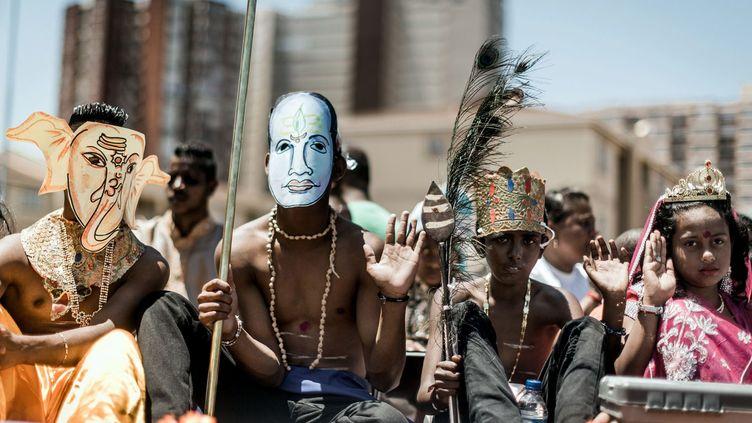 Avant les dates officielles de Diwali, du 5 au 11 novembre 2018, les préparatifs ont commencé à Durban, ville d'Afrique du Sud qui concentre la plus forte population d'origine indienne. C'est pour ces hindous l'occasion de danser et chanter déguisés en dieux ou déesses sur des chars. Cette grande fête religieuse est aussi l'occasion pour cette population d'illuminer, de nettoyer et de décorer les maisons, d'acheter de nouveaux vêtements, de s'offrir des cadeaux et de jouer à des jeux d'argent. Les hindous ne sont pas les seuls à célébrer la fête des lumières, les sikhs et les jaïns fêtent également Diwali en lui attribuant d'autres symboles. (RAJESH JANTILAL / AFP )