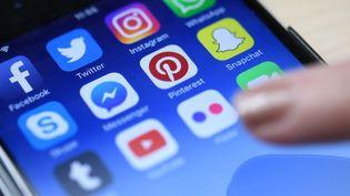 Des applications mobiles de réseaux sociaux et de messagerie, dont Facebook Messenger, sur un téléphone portable. (HELMUT FOHRINGER / AFP)